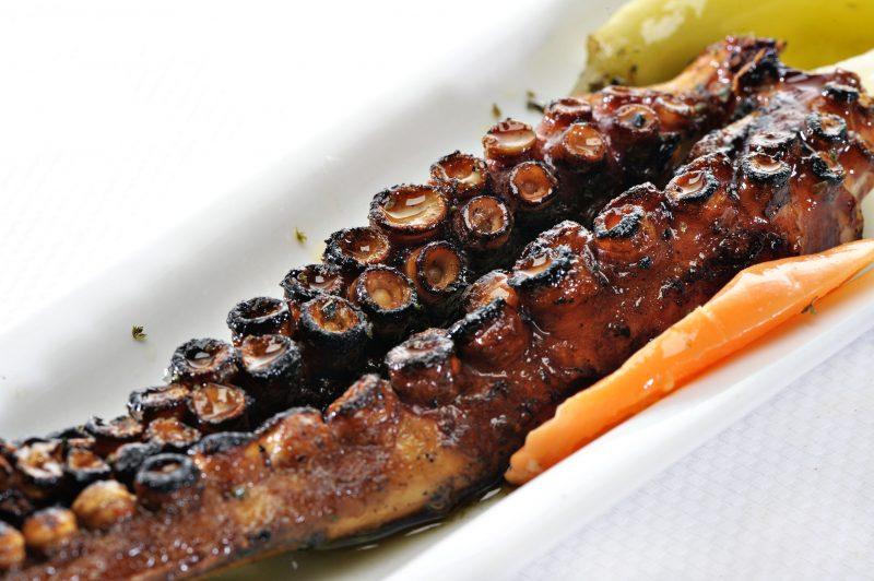 Жареный осьминог в сметанном соусе