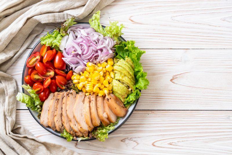 Салат с киноа с авокадо и сезонными овощами