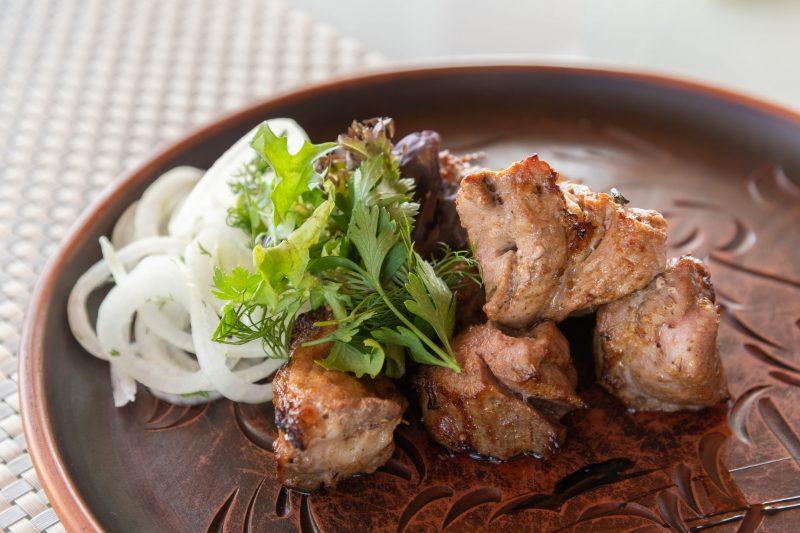Бюджетный рецепт шашлыка из свинины с луком