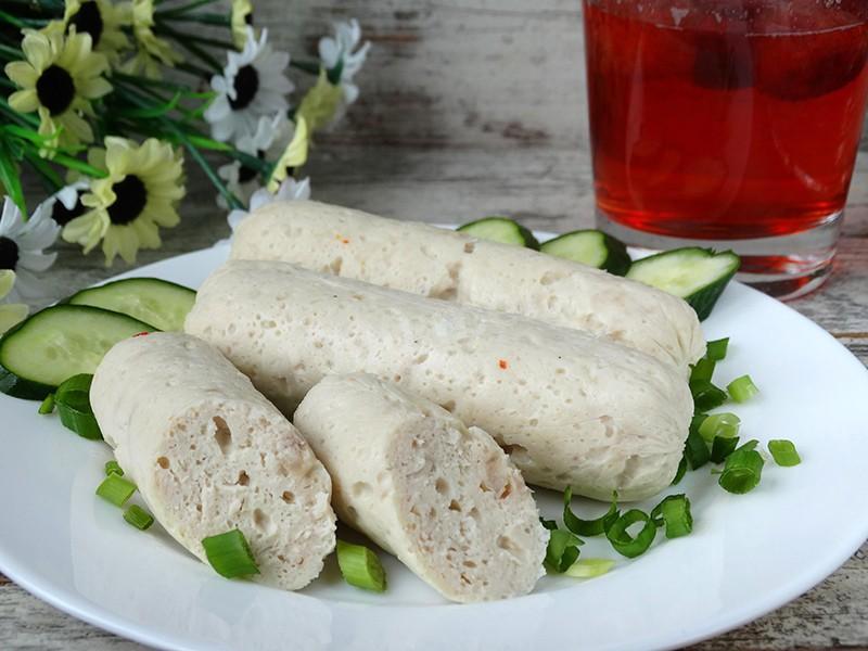 Оригинальные куриные сосиски в пищевой пленке: рецепт с сыром