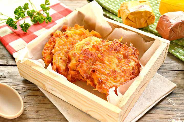 Достаточно простым в приготовлении, но довольно сытным и вкусным блюдом считаются драники с ветчиной и сыром, рецепт их довольно легкий.