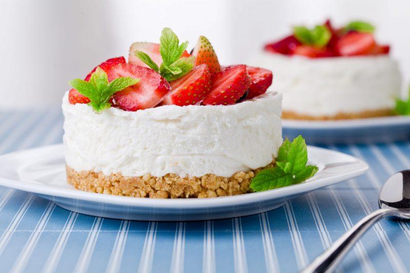 Йогуртовый торт с клубникой без выпечки