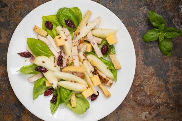 Хрустящий зимний салат с грушей