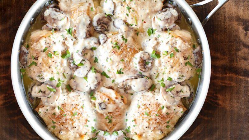 Куриные бедра со сливками и грибами
