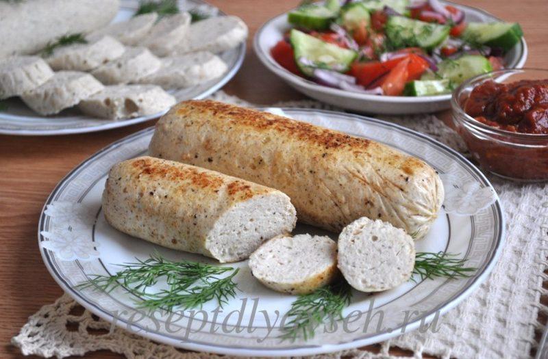 Если вы любите колбасные полуфабрикаты, но хотите быть на 100% уверенными в их составе, то можно приготовить куриные сосиски в домашних условиях, рецепт занимает небольшое количество времени.