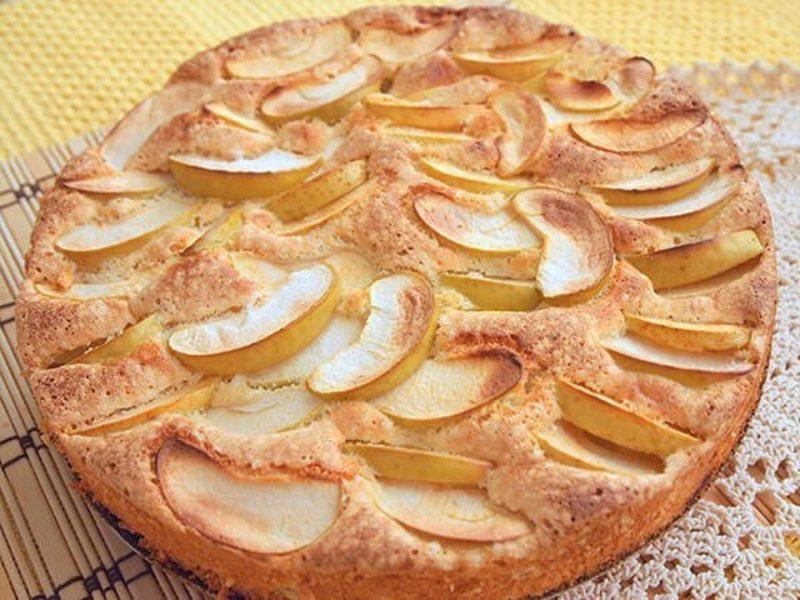 Самый вкусный бисквитный яблочный пирог