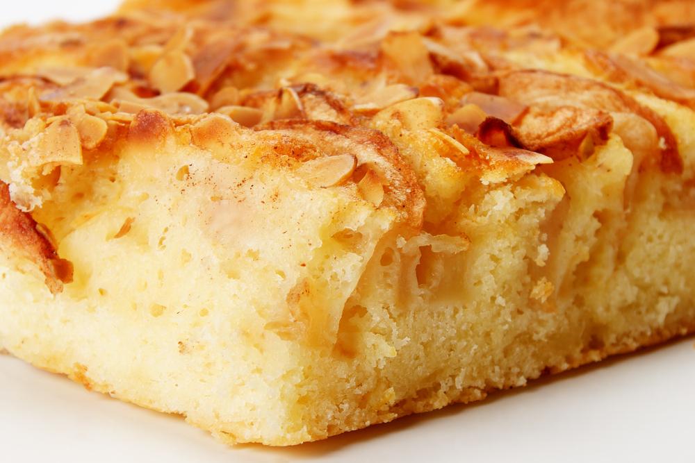 Простой яблочный бисквитный пирог: рецепт на скорую руку