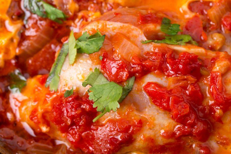 Рецепт жареных бедер с томатом и сыром