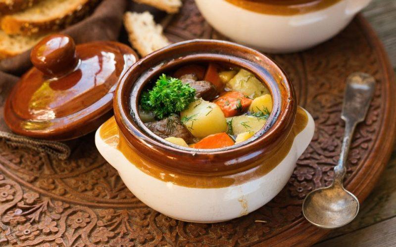 Сытный рецепт жаркого в горшочках в духовке