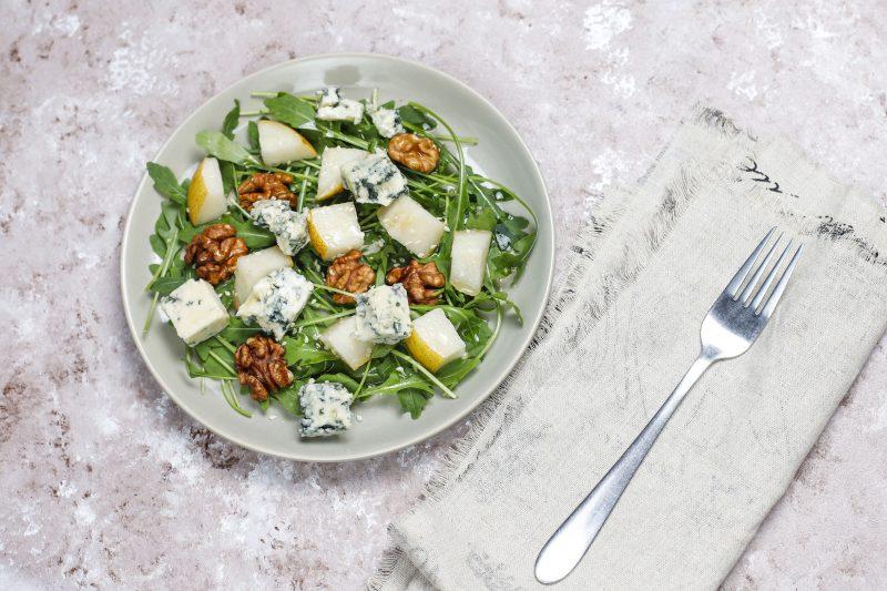 Изысканный салат с грушей и сыром с голубой плесенью