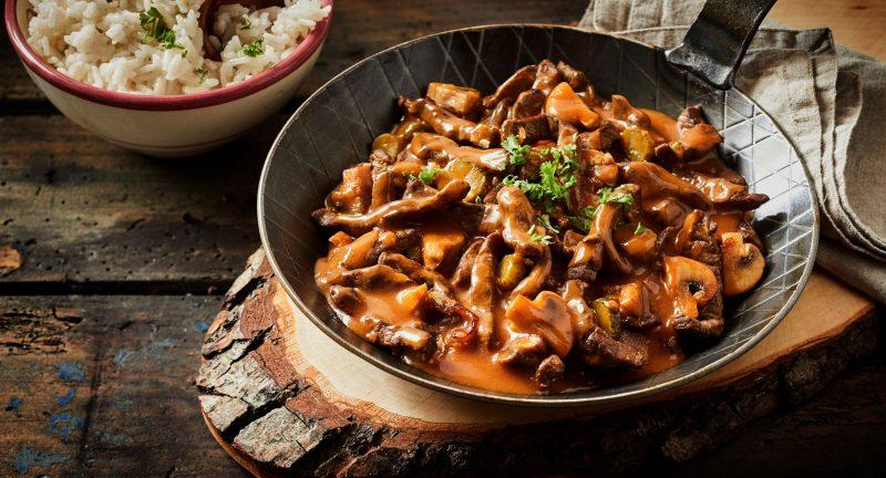 Бефстроганов из куриной грудки с грибами в сметанном соусе
