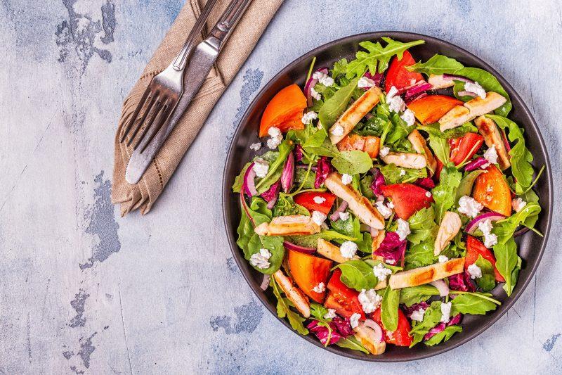 Питательный салат с грудкой курицы и болгарским перцем
