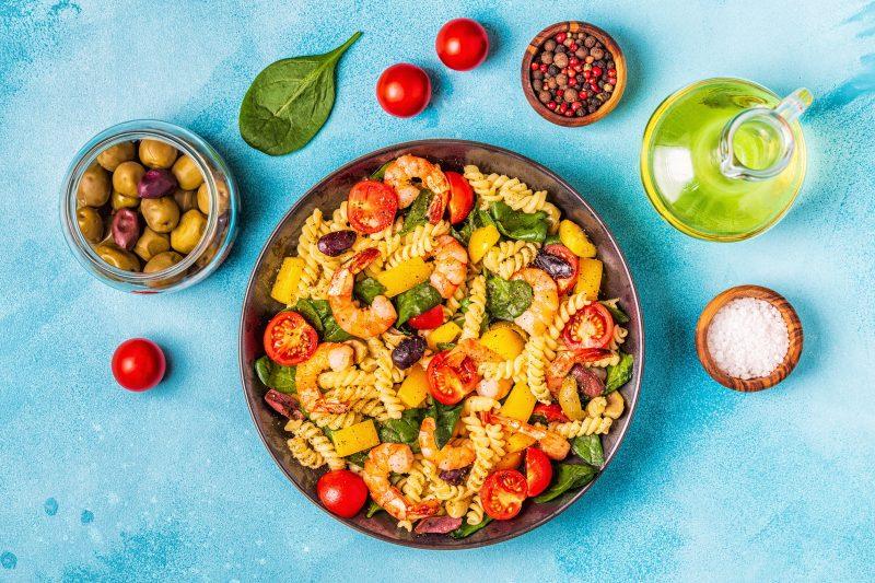 Итальянский салат с креветками и теплыми овощами