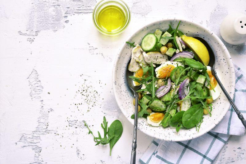 Легкий салат из отварной курицы