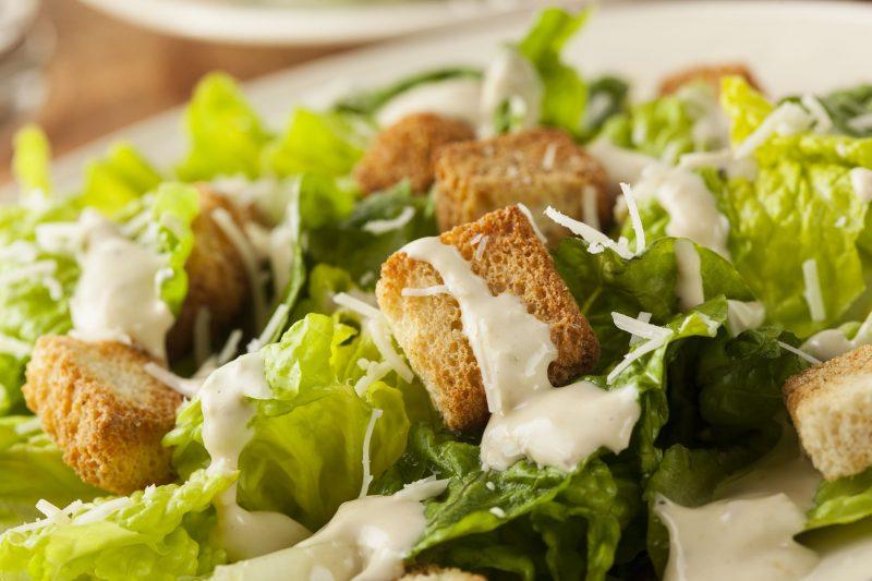 Салат «Наслаждение» (пекинская капуста, запеченная курица, сухарики и груша)