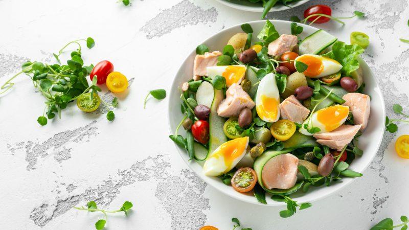 Полезный салат с паровым лососем