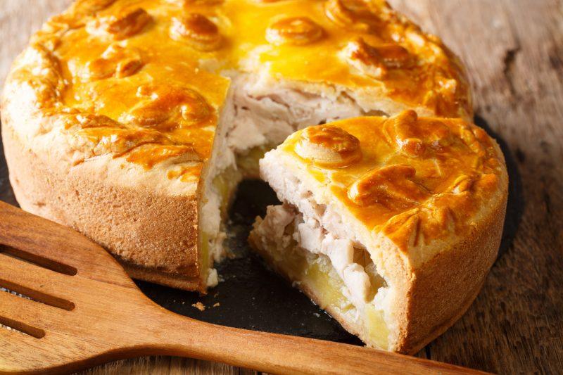 Простой пирог с мясом и картофелем в духовке
