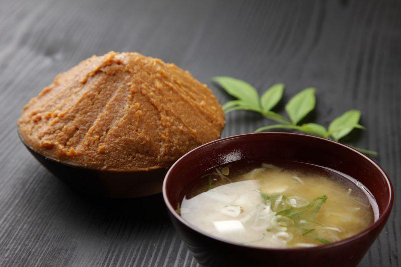 Белый суп мисо с вакамэ