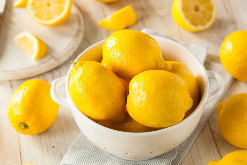 Приготовьте сушеные лимонные кожуры