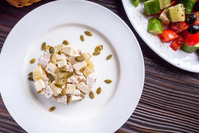 Оригинальный салат с курицей и ананасом