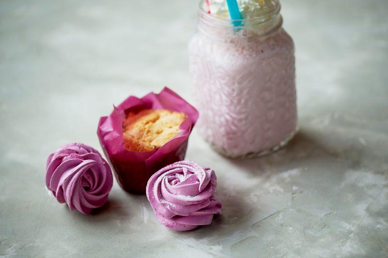 Молочный коктейль с зефиром и ягодами