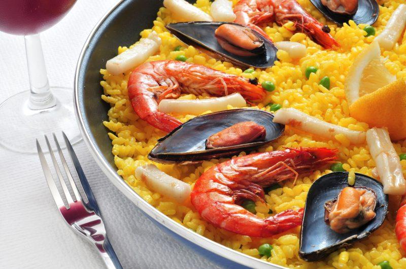 Классическая паэлья с морепродуктами и овощами