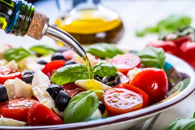 Готовим простой итальянский салат с моцареллой