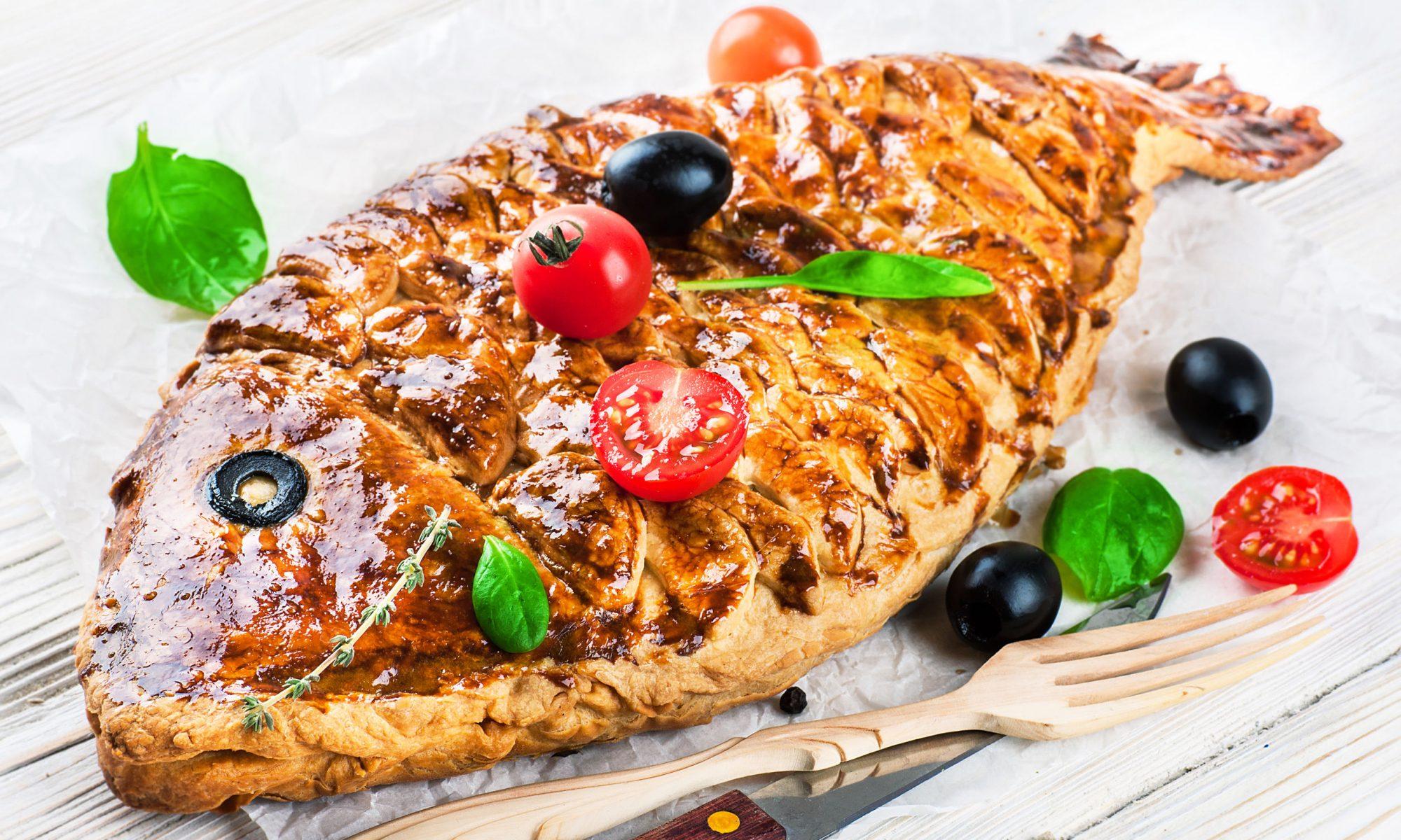 Изысканный пирог с форелью – это отличный вариант домашней выпечки к праздничному столу.