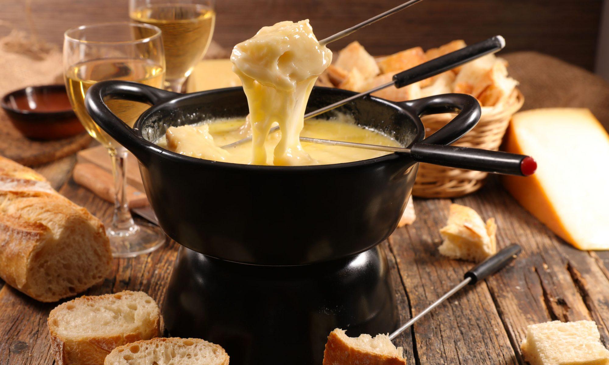 Даже если вы не относите себя к большим любителям сыра, обязательно приготовьте фондю сырное.