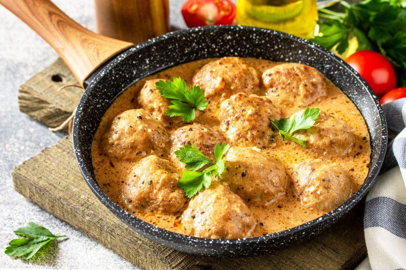 Вкусные тефтели в сметанном соусе: простой рецепт