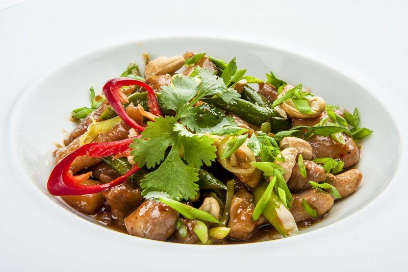 Курица Терияки на сковороде с овощами