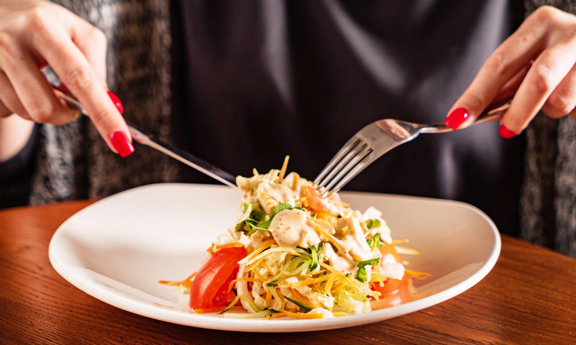 Тем, кто не имеет времени на приготовление сложных технологически блюд, но желает питаться вкусно и качественно, рекомендуем приготовить салат с курицей и болгарским перцем.