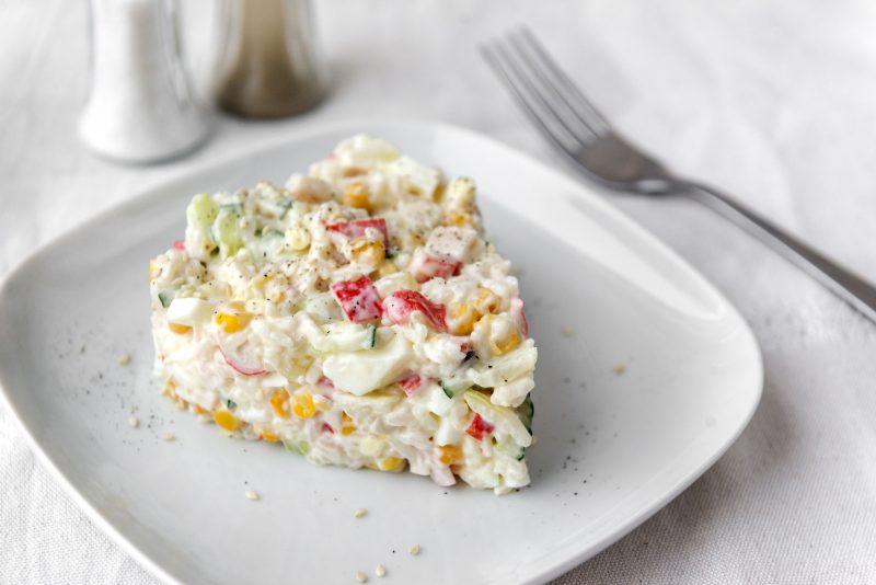 Классический крабовый салат с огурцом