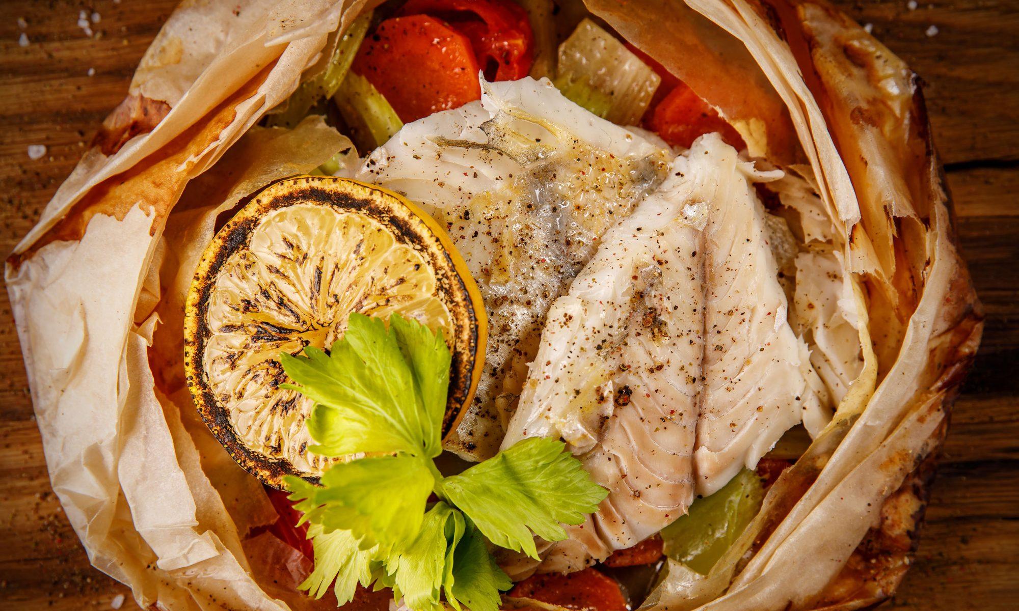 Минтай в духовке с овощами: рецепт