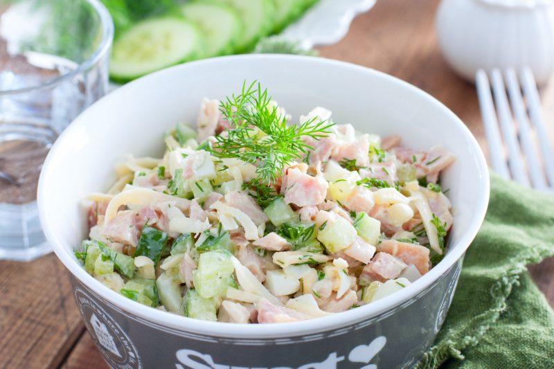 Салат из копченой курицы со свежим огурцом