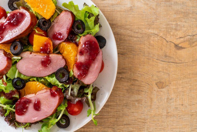 Салат с жареной утиной грудкой