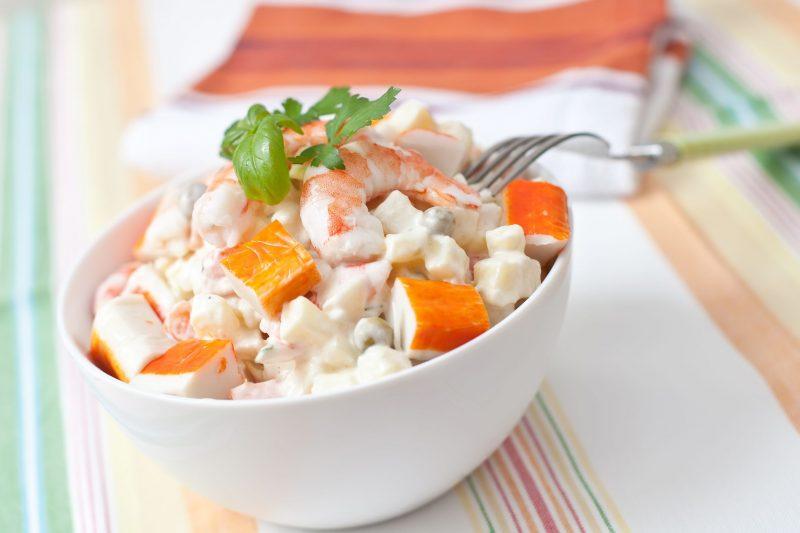 Рецепт салата с крабовыми палочками и помидорами