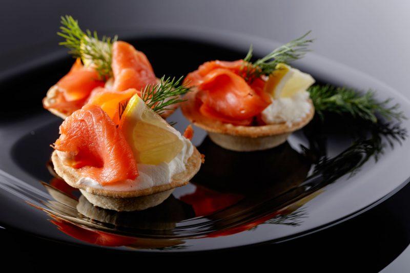 Тарталетка с копченым лососем и авокадо