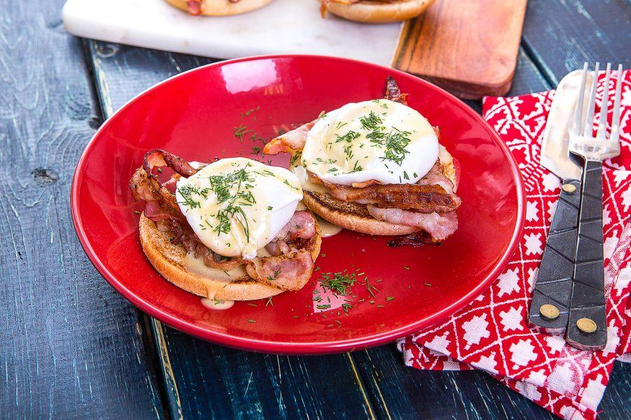 Яйца «Бенедикт» с хрустящим беконом и голландским соусом на тёплой булочке