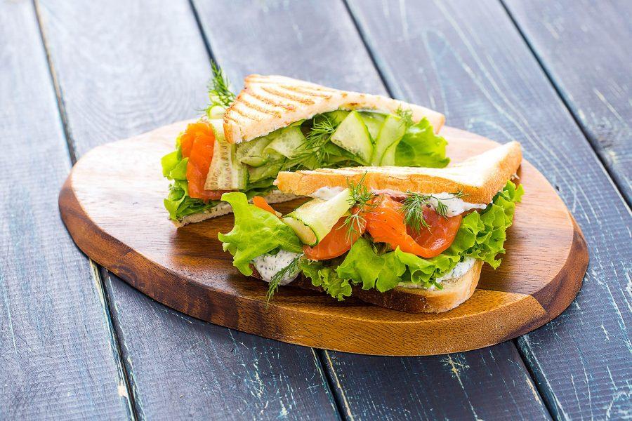 Тосты со слабосолёной сёмгой, соусом тартар и салатом романо