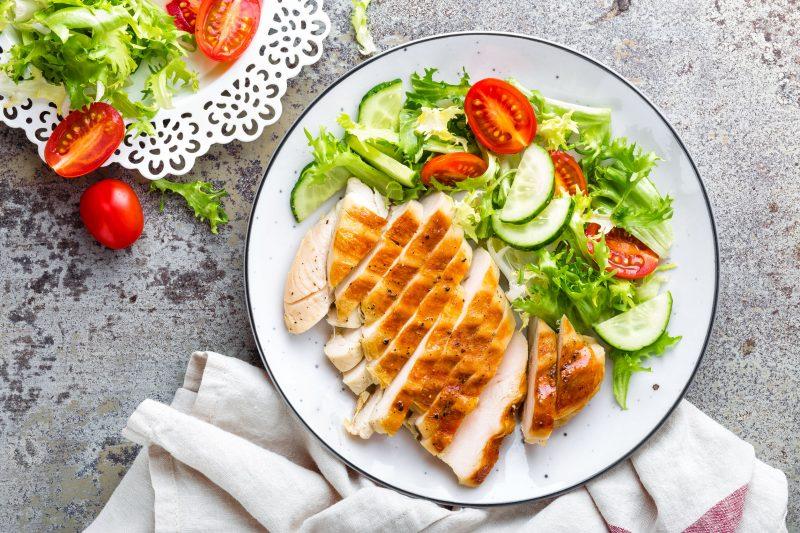 Куриное филе с миской салата