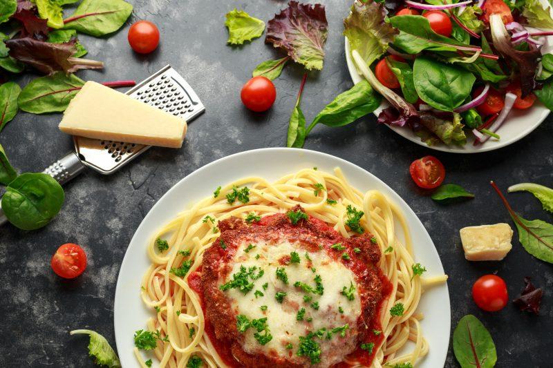 """Гнёзда"" из спагетти с фаршем, помидорами и сыром"