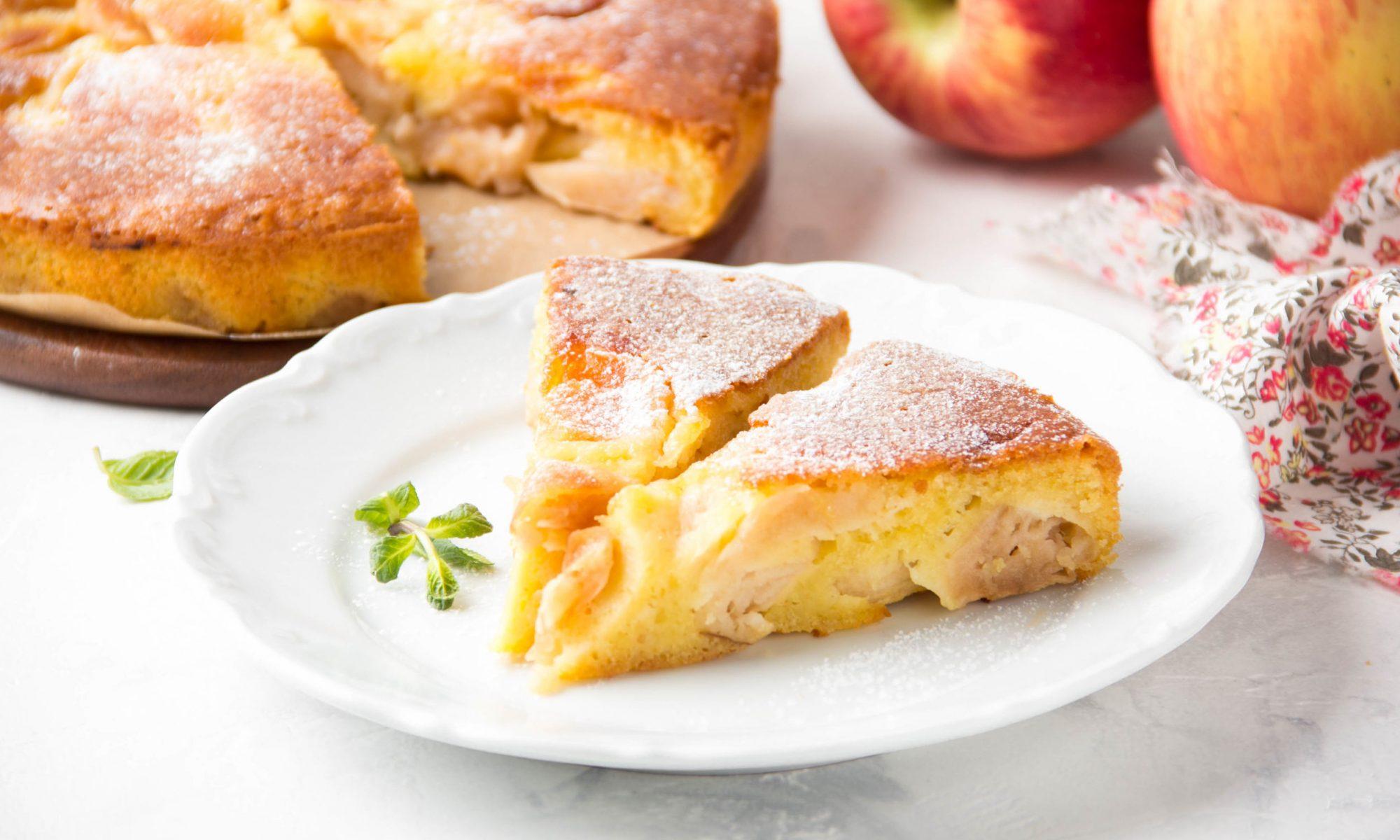 Простой творожный пирог с яблоками и клюквой