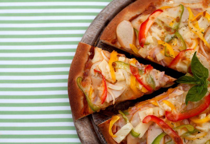 Пицца с копченой колбасой и сыром
