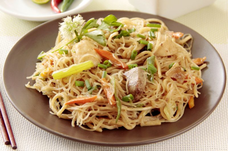 Спагетти с курицей, помидорами черри и песто из базилика