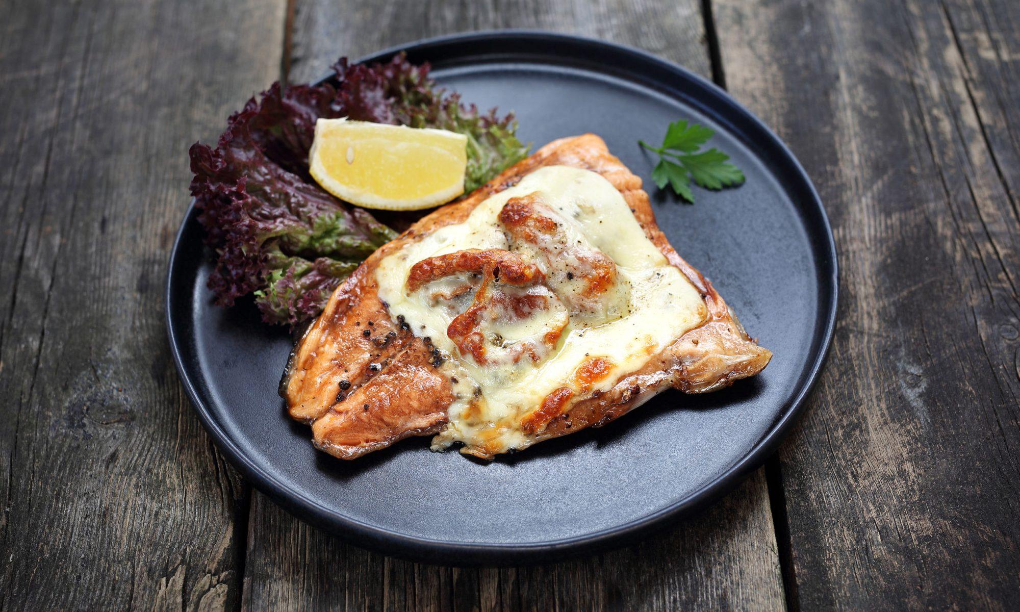 Запечённая форель с соусом из авокадо и базилика – блюдо ресторанного уровня. Помимо аппетитного вида и изысканного аромата, оно есть источником полезных жиров и высококачественных белков.
