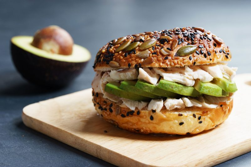 Сэндвич-салат с курицей и авокадо