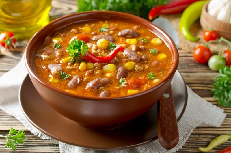 Томатный суп с курицей, фасолью и овощами
