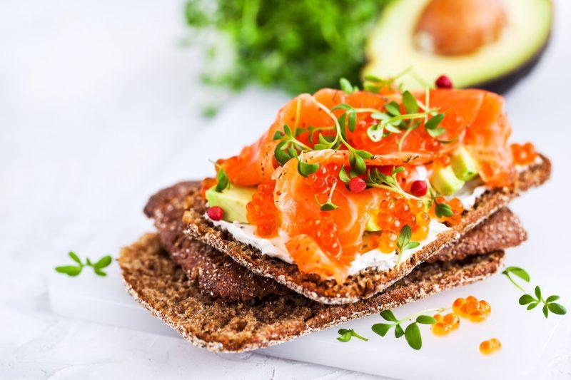 Аппетитные тартинки с копченым лососем и авокадо