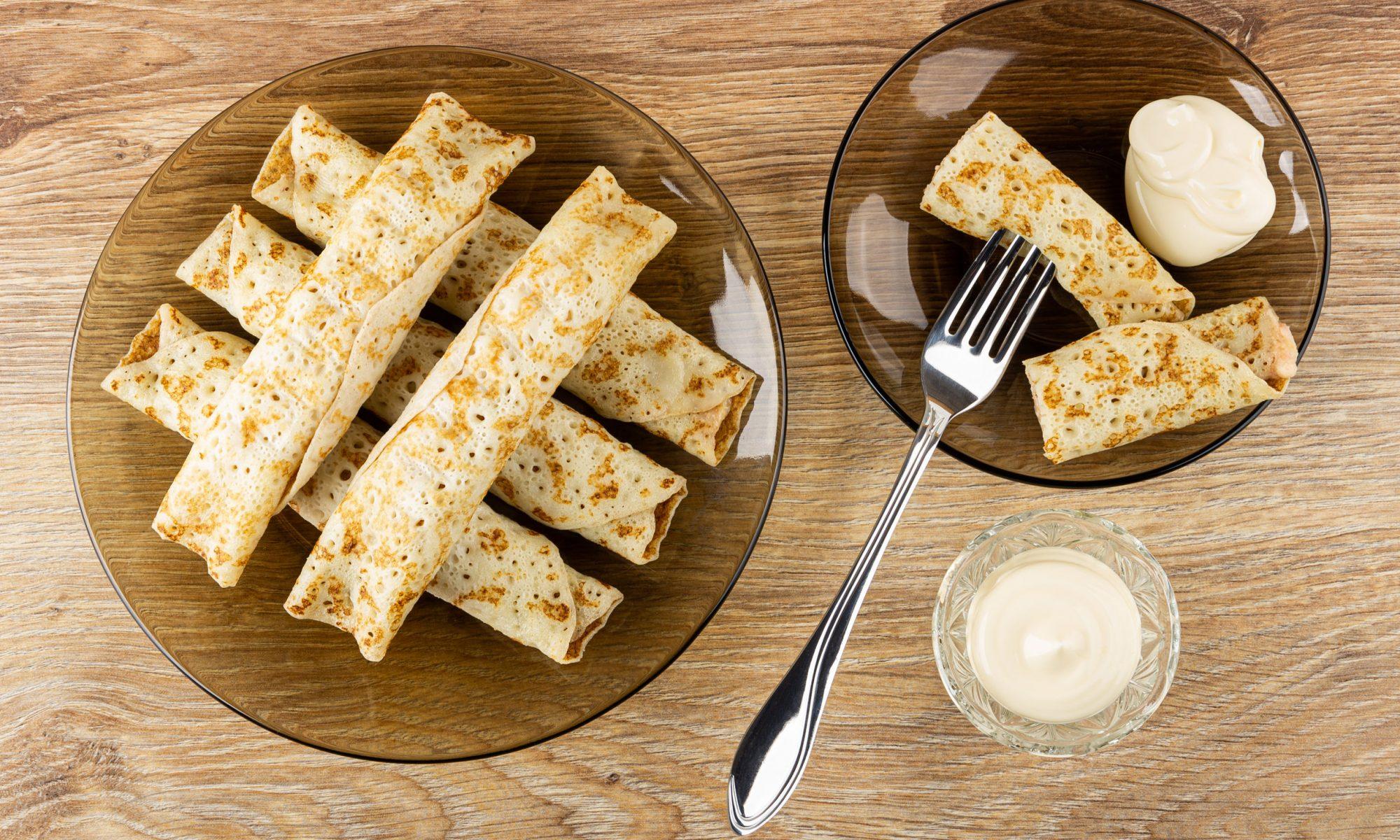 Яичные блинчики с крабовыми палочками и сыром